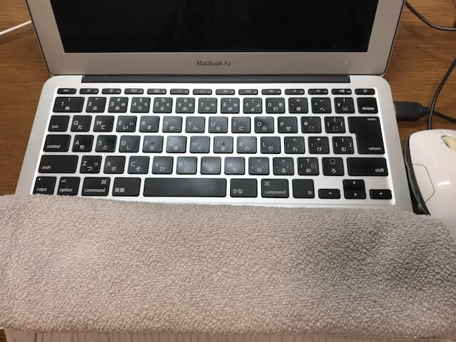 タオルとマウスを使ったMacBook Air