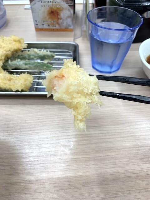 海老の天ぷらを食べる