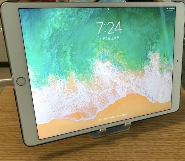 iPadをスマホスタンドに乗せたところ