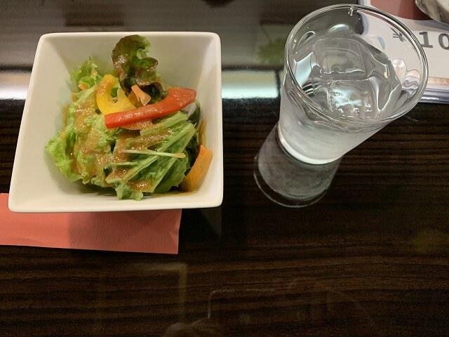 サラダと水